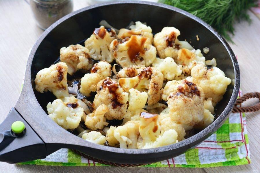Влейте соевый соус и тушите капусту еще 3-4 минуты.