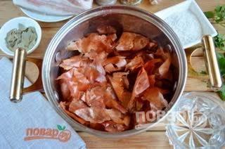 2.  Наберите луковой шелухи примерно с одного килограмма лука. Можно делать это постепенно. Ополосните шелуху в воде, а потов доведите до кипения (из расчета на 1,5 л воды). Добавьте пару ложек соли и поварите в течение 5 мин.