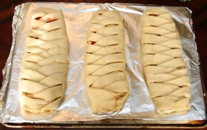 10. Выложить готовые пироги на противень и отправить в разогретую духовку.