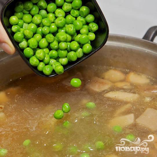 Затем добавьте зелёный горошек.