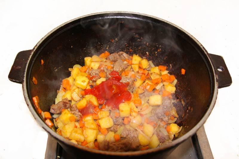 3. Обжариваем все вместе какое-то время, а потом добавим специи, соль, перец и томатную пасту. Тушим еще пару минут.