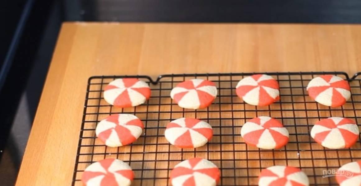 6. Нарежьте печенье и выложите его на покрытый пергаментом противень. Выпекайте в разогретой до 180 градусов духовке 12-15 минут. Приятного аппетита!