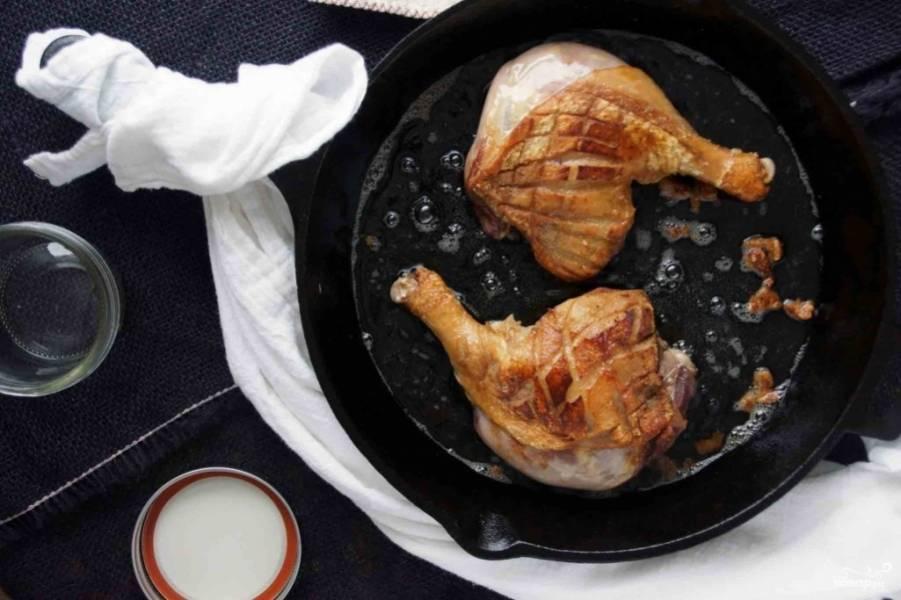 1. Смешаем в миске сливки, винный уксус, давленный чеснок и специи. В этом соусе маринуем мясо примерно два часа. Затем обжарим каждую ножку до румяности на сильном огне на сковороде - не до готовности, а просто чтобы появилась корочка.