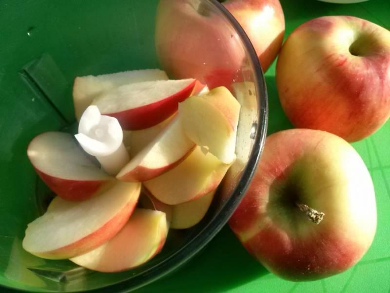 Нам понадобятся яблоки и блендер.