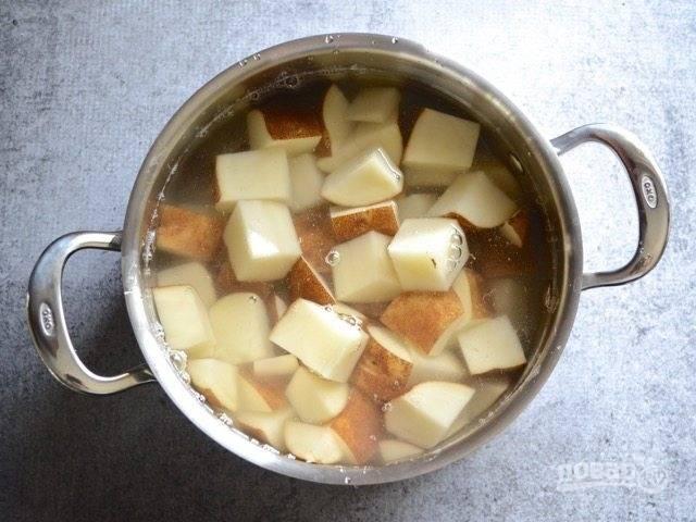 2.Положите картофель в кастрюлю, залейте водой, поставьте на огонь, доведите до кипения и варите еще 5-10 минут до готовности. Готовый картофель должен быть мягкийм и легко протыкаться вилкой.