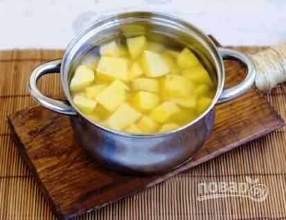 Чистим картофель от кожуры, моем его и нарезаем небольшими кусочками. Заливаем водой, добавляем соль по вкусу и варим до готовности (минут 15-20 после закипания).