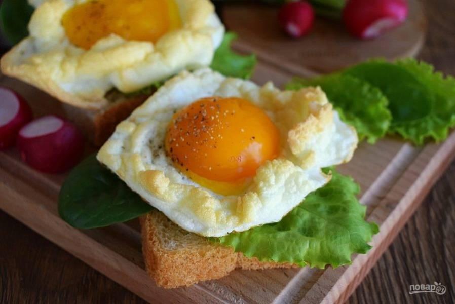 Подавать блюдо можно на кусочке подсушенного или свежего мягкого хлеба. Приятного аппетита!