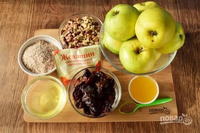 Чернослив заранее замочите в горячей воде на 1 час, слейте воду. Яблоки вымойте, уберите сердцевину  и поставьте запекаться в духовку при 180°С.