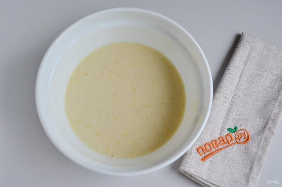 Яично-молочную массу влейте в кипящее молоко, венчиком быстро перемешивайте крем и варите до загустения. Это происходит очень быстро, следите, чтоб не пригорел крем.