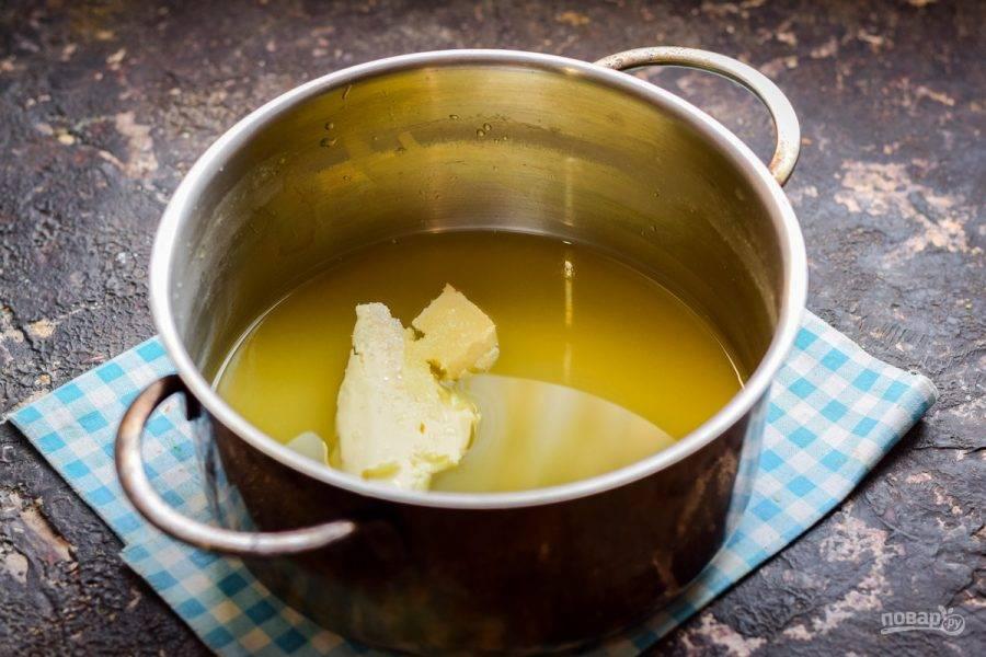 В кастрюлю влейте сок, добавьте масло и сахар, варите соус 10 минут.