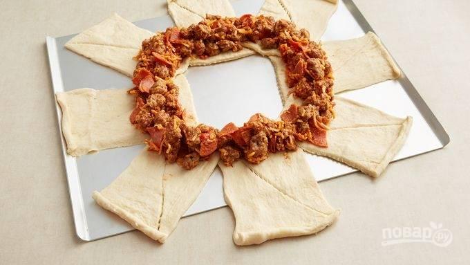 3. Смажьте тесто по кругу оставшимся томатным соусом и аккуратно выложите начинку.