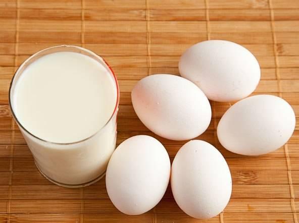 1. что нужно, чтобы приготовить омлет, который перенесет вас далеко в детство. Для многих такое блюдо станет напоминанием из 80-х, когда в детских сада давали нарезанные порциями пушные омлеты. Итак, берем стакан молока и  5 яиц.