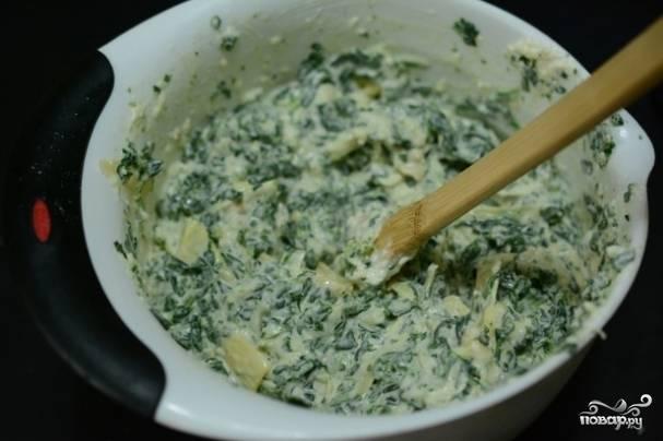 1. Сыр трем на терке, шпинат моем, сушим и измельчаем мелко. Смешаем теперь в одной миске майонез, горчицу, сметану, соевый соус,  тертый сыр и шпинат.