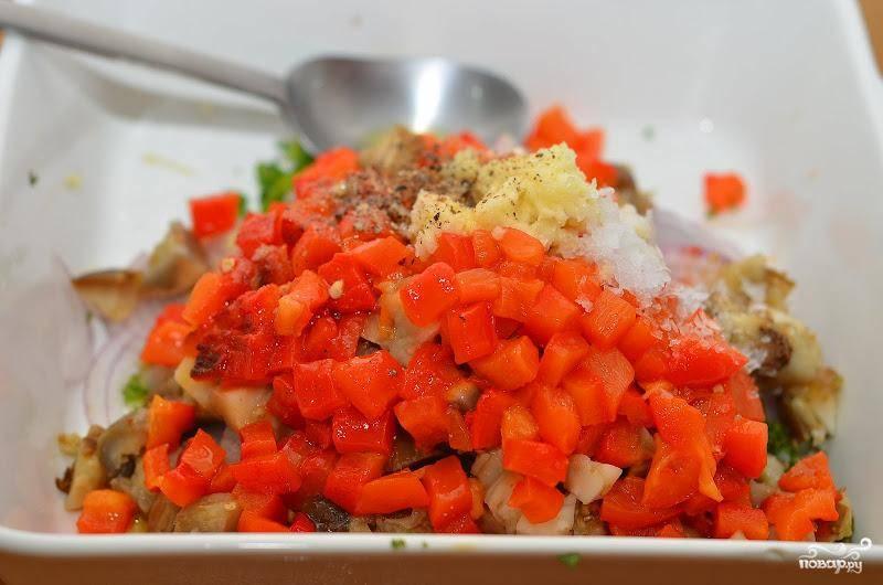 Баклажаны и перец нарезаем на небольшие кубики, смешиваем их с луком, зеленью и выдавленным чесноком, солим и перчим. Перемешиваем.