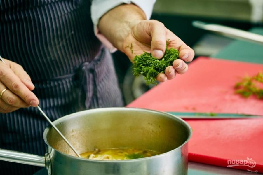 13.Мелко рублю зубчики чеснока и зелень, добавляю в суп, затем кладу домашнюю лапшу и выключаю огонь. Готовый суп подаю горячим.