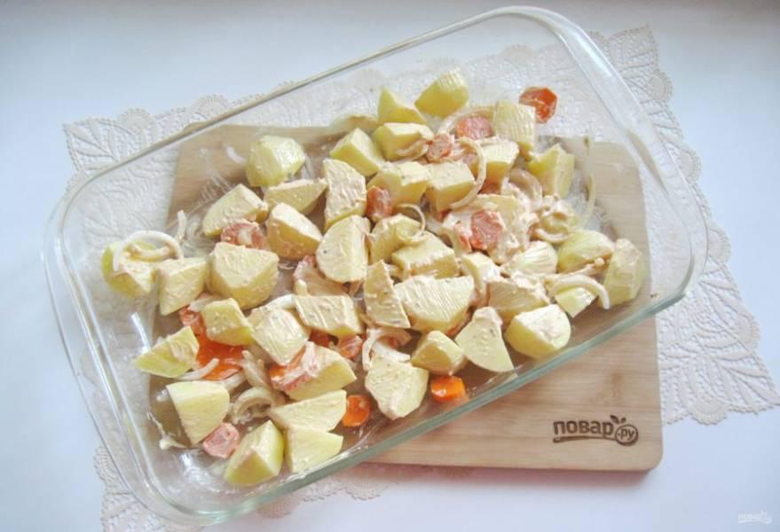 Смажьте овощи маринадом.