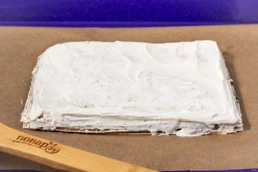 Смажьте весь тортик сметаной.