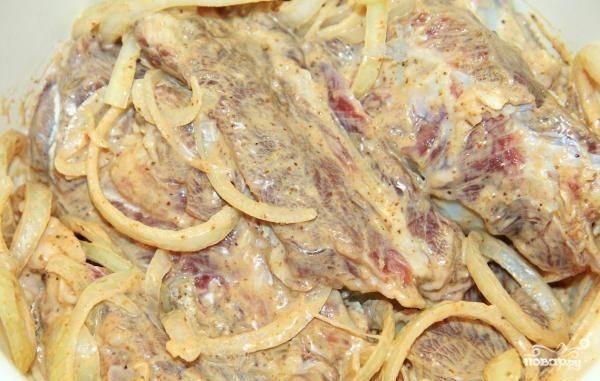 Хорошо перемешайте ингредиенты. Оставьте мариноваться мясо минимум на 3 часа в холодильнике.