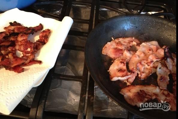 2.Бекон разберите на ломтики и выложите на раскаленную сковороду, обжарьте до хрустящей корочки и переложите на салфетку.