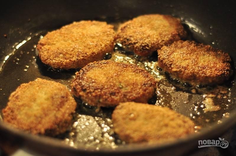 Сформируйте небольшие котлетки и каждую слегка присыпьте манной крупой (буквально по щепотке). Разогрейте масло в сковороде и обжарьте котлеты с обеих сторон (по 5-7 минут на каждой).