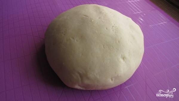 Разотрите до бела желток с сахаром и ванилином. Добавьте к получившейся массе творог, растительное масло, разрыхлитель и молоко. При помощи миксера взбейте все ингредиенты в однородную пасту. В конце всыпьте просеянную муку и замесите довольно упругое тесто. Скатаете его в ком и отправьте в холодильник под пищевой пленкой на час.