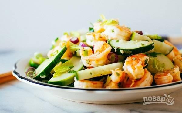 4. Подавая салат из креветок с огурцом к столу, присыпьте его семенами кунжута и щепоткой зелени. Приятного аппетита!