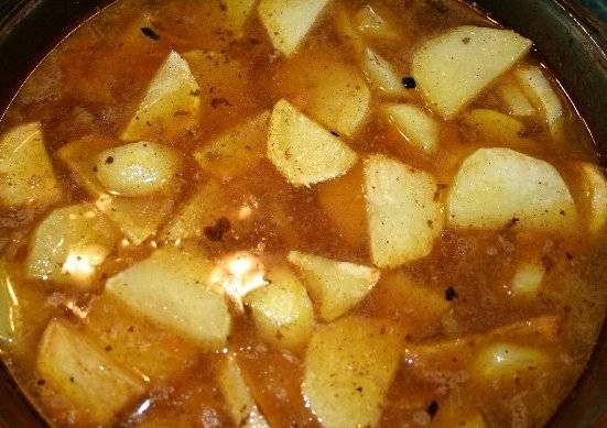 Когда выйдет время приготовления мяса, достаем форму из духовки и добавляем картофель к мясу, тушим все в духовке еще минут 20 при той же температуре.