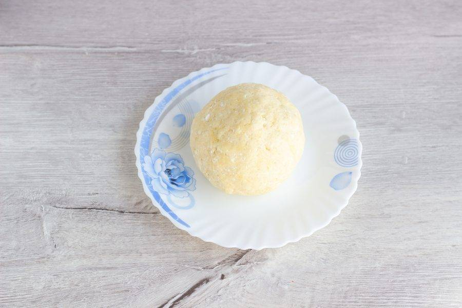 Влейте 1 ст. л. холодного молока и замесите тесто. Если нужно, добавьте ещё немного муки. Скатайте тесто в шар, положите в пакет и уберите на 30 мин. (или больше) в холодильник.