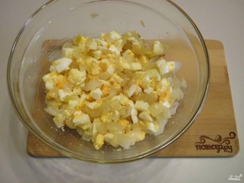 Отварные яйца порубите ножом на кубики. Смешайте с жареным луком. Начинка готова.