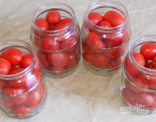Тщательно моем банки и укладываем в них помидоры.