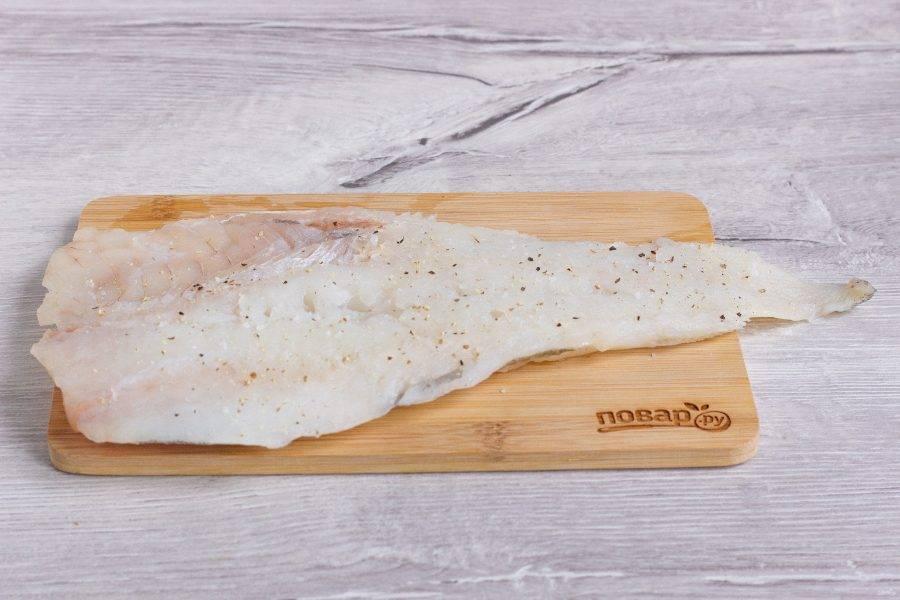 2. Рыбку вымойте и обсушите как следует. Посолите, добавьте перец и специи по вкусу. Оставьте на столе на полчасика.