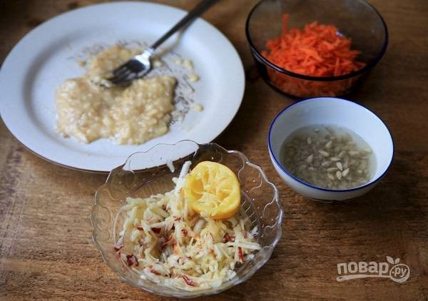 4. Выжмите немного сока лимона и полейте им яблочко. Добавьте в салатник банан и морковь. Перемешайте все и по вкусу добавьте еще сок лимона.