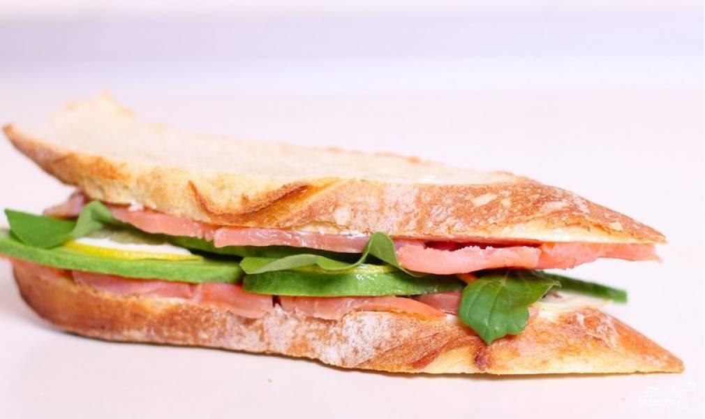 Соединяем бутерброды - и получаем очень вкусный сэндвич со слабосоленой семгой и авокадо. Приятного аппетита!
