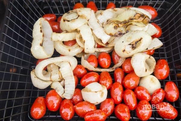 4.Лук и томаты выложите в корзину или в железное сито, обжаривайте их на гриле.