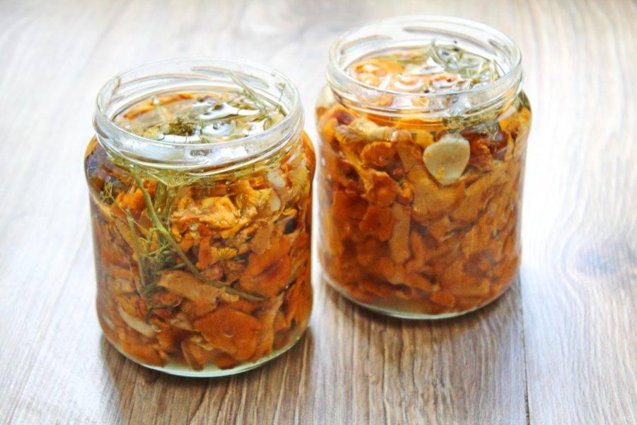 Плотно выложите лисички в банки и залейте до самого верха остывшим маслом. Уберите в холодное место на 40 дней.