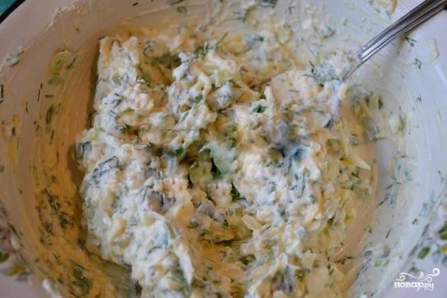 Брынзу или фету разомните при помощи вилки, вбейте в ту же посуду одно яйцо, размешайте и добавьте тертый сыр с нарезанной зеленью, а затем снова перемешайте. Солить начинку не стоит, сыры уже содержат соль, так что вы просто можете пересолить и испортить пирог.