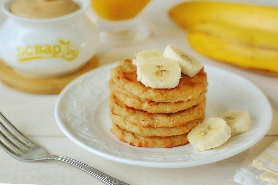 По вкусу очень близко к сырникам, но с банановым ароматом. Вкусно как со сметаной, так и медом или любым сладким сиропом. Приятного аппетита!