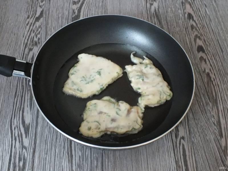 В сковороду налейте масло, слоем 0,5 см. Разогрейте. Опустите в него подготовленные кусочки рыбы на некотором расстоянии друг от друга. Накройте крышкой и обжаривайте, пока кляр сверху не схватится.