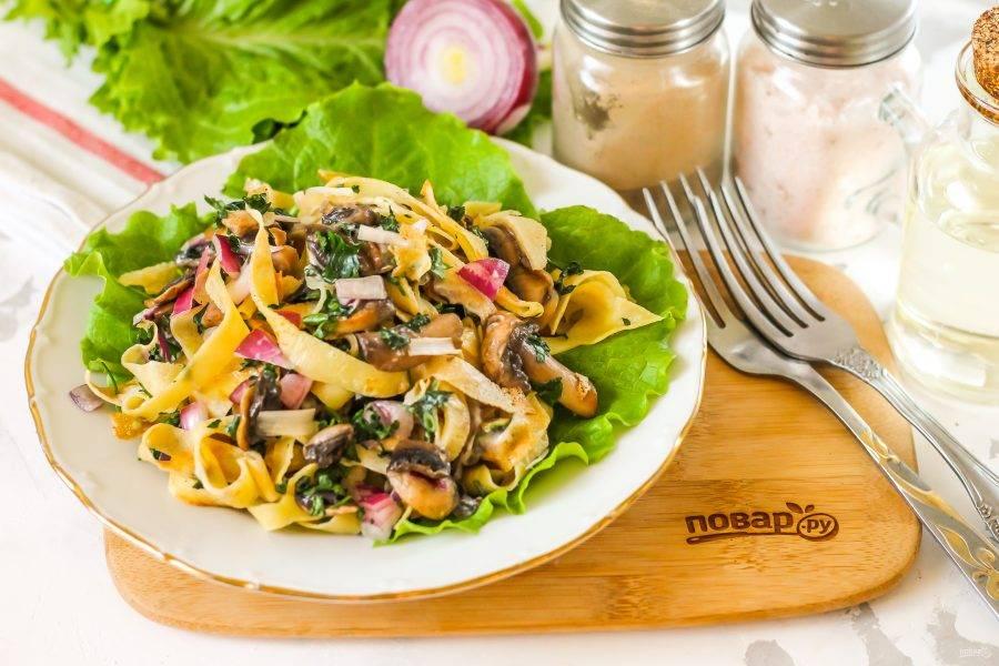 Выложите салат на тарелки и подайте к столу. По желанию блюдо можно предварительно охладить.