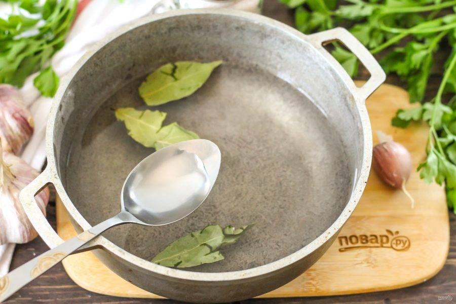 Перемешайте воду, чтобы в ней полностью растворилась соль, доведите до кипения и выключите нагрев. Влейте уксус и перемешайте.