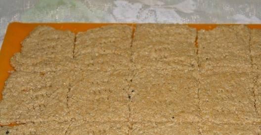 Острым ножом нарежьте тесто на квадратики или прямоугольники. Немного наколите каждый кусочек вилкой. Поставьте в духовку, которую следует предварительно разогреть до 200 градусов. Выпекайте хлебцы десять-пятнадцать минут, пока они не станут румяными.