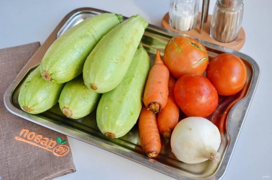 1. Подготовьте продукты. Вымойте овощи, очистите лук и морковь. С томатов снимите кожуру, для этого положите их на минутку в кипяток, сделав крестообразный надрез и кожура легко сойдет.