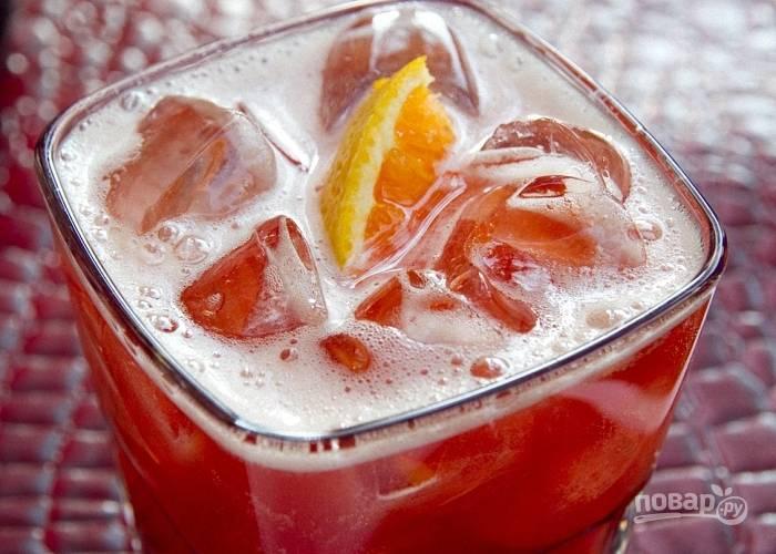 3. Апельсин мою и нарезаю дольками, одной украшаю стакан или кладу ее внутрь. Подаю коктейль холодным.