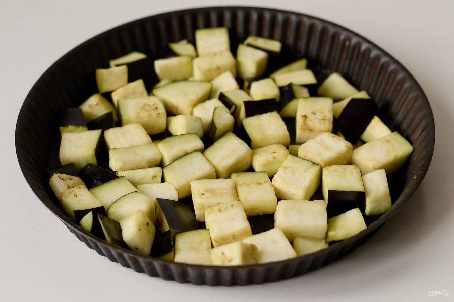 Разогрейте духовку до 200 градусов. Баклажаны нарежьте кубиками, полейте растительным маслом и запеките примерно 25 минут до коричневой корочки.