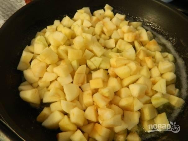 Еще через пару минут добавляем очищенные и нарезанные небольшими кусочками яблоки и аккуратно перемешиваем.