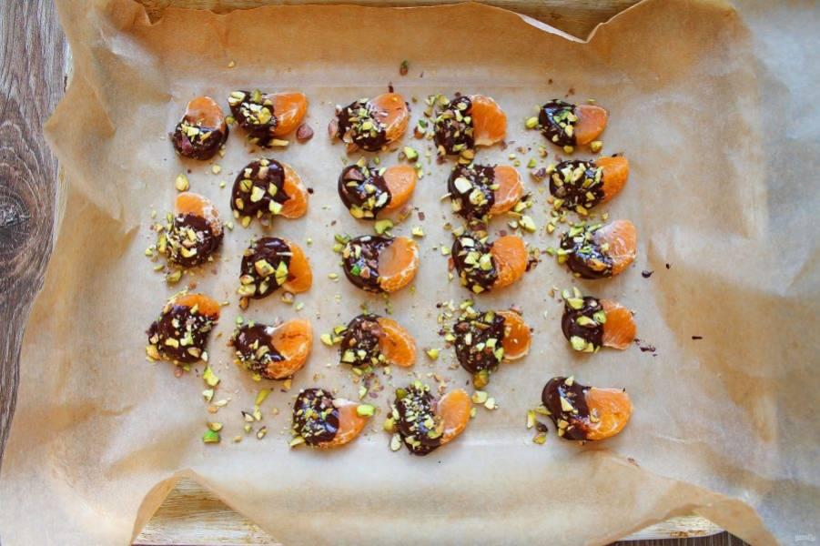 Фисташки измельчите и посыпьте ими шоколад. Поставьте в холодное место, чтобы застыл шоколад. Затем снимите с пергамента и подавайте.