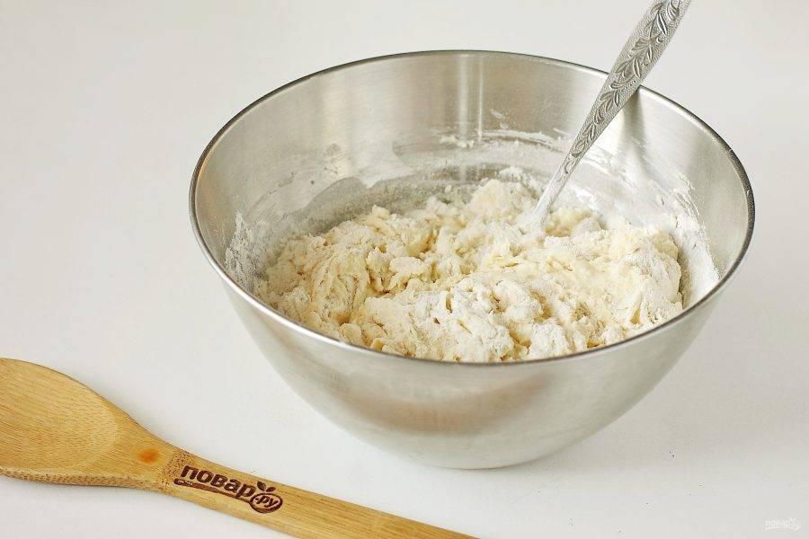 Сначала перемешивайте тесто ложкой, затем как трудно станет мешать, переложите тесто на стол и продолжите уже вымешивать руками.