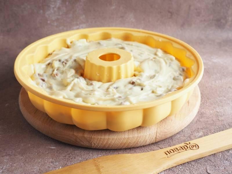 Силиконовую форму сбрызните водой и выложите тесто. Если форма металлическая или керамическая — смажьте растительным маслом.