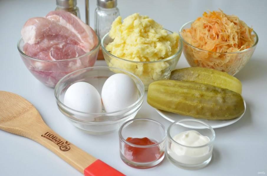 1. Подготовьте продукты: холодное картофельное пюре, тушеная капуста, мясо, огурцы, специи и яйца.