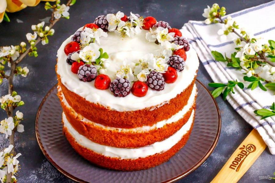 Таким образом соберите весь торт и поместите его для пропитывания в холодильник на 1-2 часа. Украсьте лакомство замороженными ягодами, цветами, листочками свежей мяты. Декорируйте торт только при подаче к столу, иначе ягоды выпустят сок и десерт приобретет непривлекательный вид. Приятного аппетита!